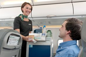Bei einem Gruppenflug können viele individuellen Leistungen hinzugebucht werden. Hierzu gehören Mahlzeiten und Getränke an Bord.
